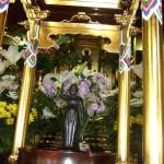 花まつりのお釈迦様。誕生し「天上天下唯我独尊」とお説きの姿です。