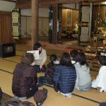 紙芝居「勝善寺の飛び石」を観て、水仙ロードを当寺旧跡地に向かうそうです。